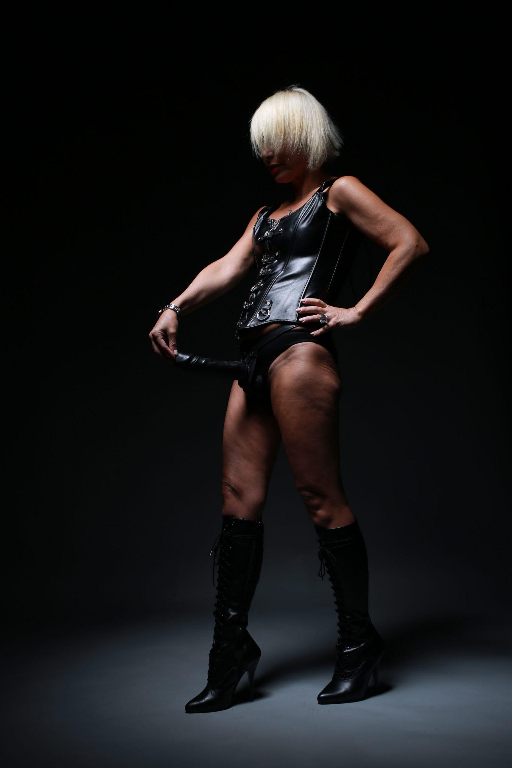 lily dupont mistress padrona milano italia adorazione piedi femdomme prodom bdsm fetish strapon pegging